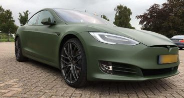 Donkergroene Tesla Model S