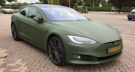 Tesla Model S donkergroen