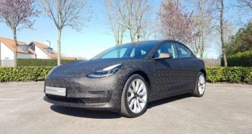 Tesla Model 3 in grijs gecarwrapt