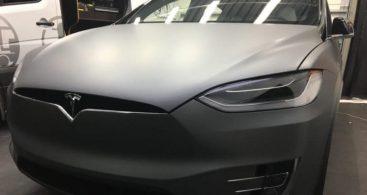 Grijs gecarwrapte Tesla Model X